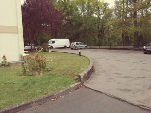 parking vue depuis allée d'accès