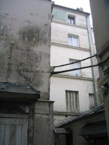 dos immeuble sur rue et pignon escalier A